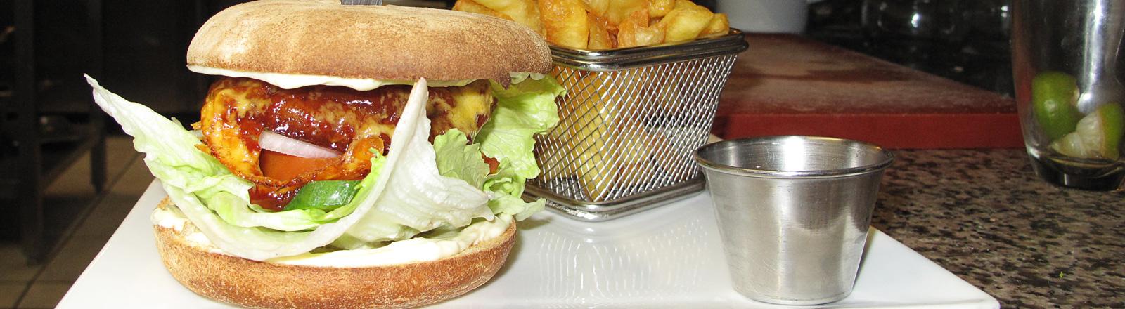 Ein Burger, der zum Teil aus Insekten besteht, steht am 24.02.2016 in Brüssel (Belgien) in einem Restaurant.