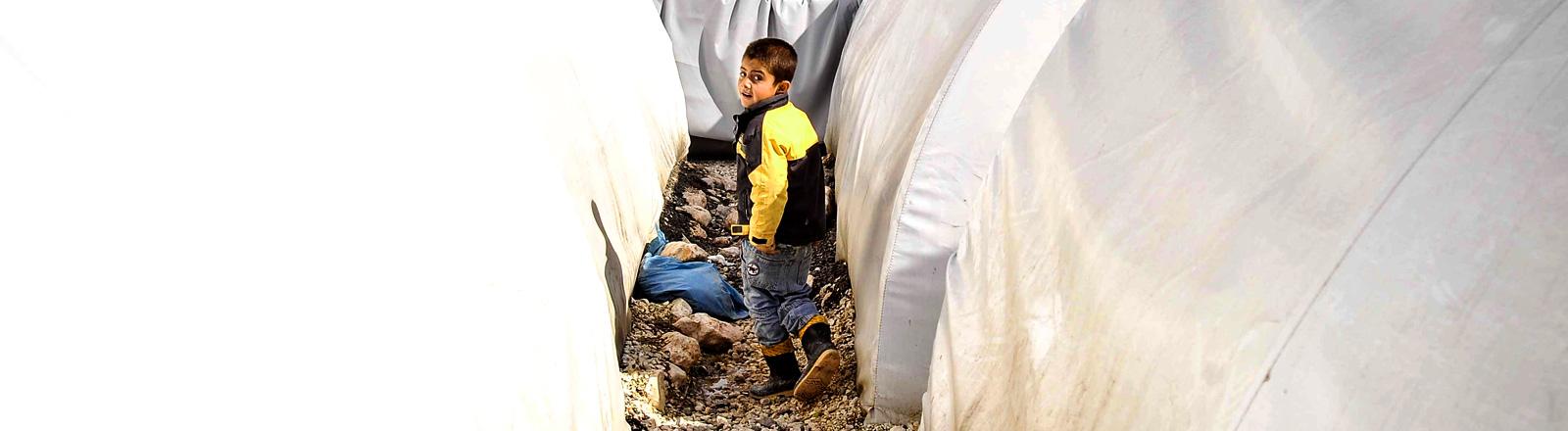 Ein Junge läuft durch ein Flüchtlingslager in der Türkei.
