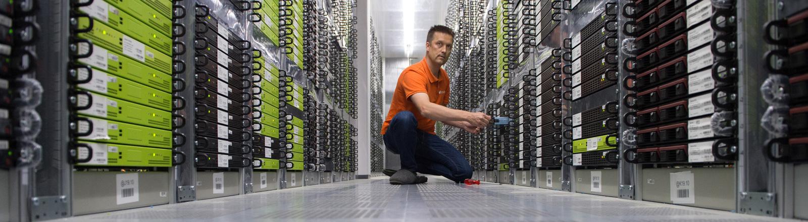Der Leiter des Rechenzentrums der Strato AG, Andrej Kaiser, kniet am 03.07.2015 in Berlin zwischen Servern.