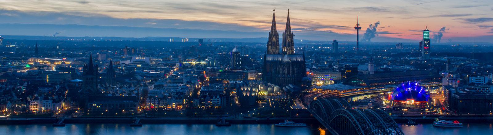 Der Kölner Dom in der Dämmerung.