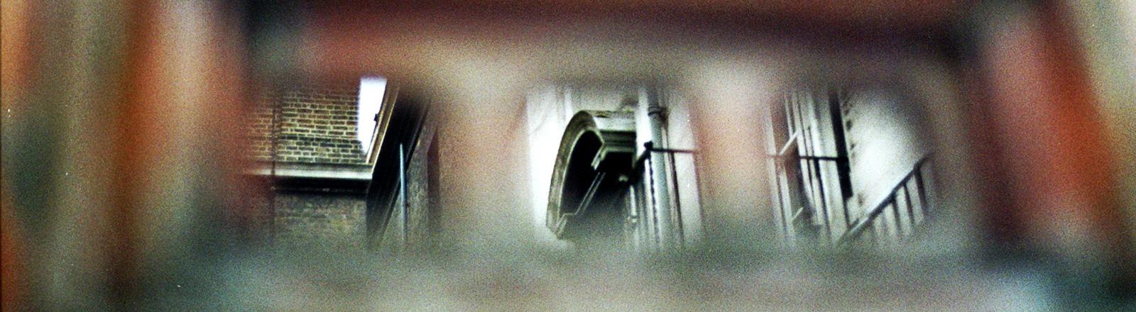 Der verschwommene Blick auf ein Fenster.