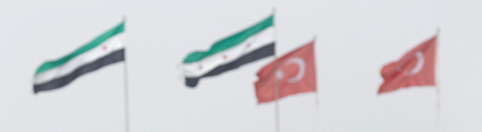 Die syrische und die türkische Fahne auf dem Dach der türkisch-syrischen Grenze.