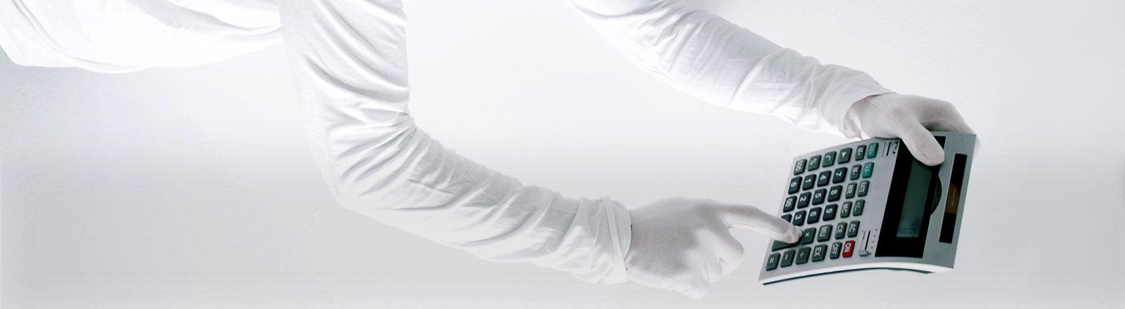 Eine im Raum schwebende Person hält einen Taschenrechner in der Hand.