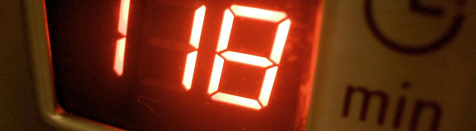 Eine Mikrowelle, die noch 118 Sekunden anzeigt.