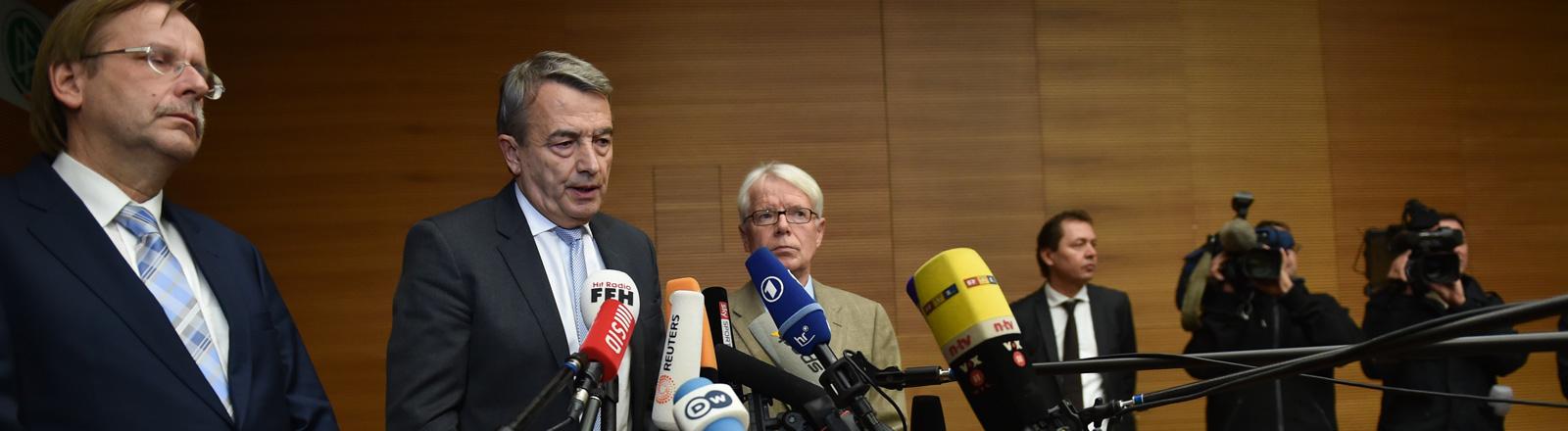 DFB-Präsident Wolfgang Niersbach (M) erklärt am 09.11.2015 im Anschluss an die Präsidiumssitzung des Deutschen Fußball-Bundes (DFB) in Frankfurt am Main (Hessen) neben den DFB-Vizepräsidenten Rainer Koch (l) und Reinhard Rauball seinen Rücktritt.