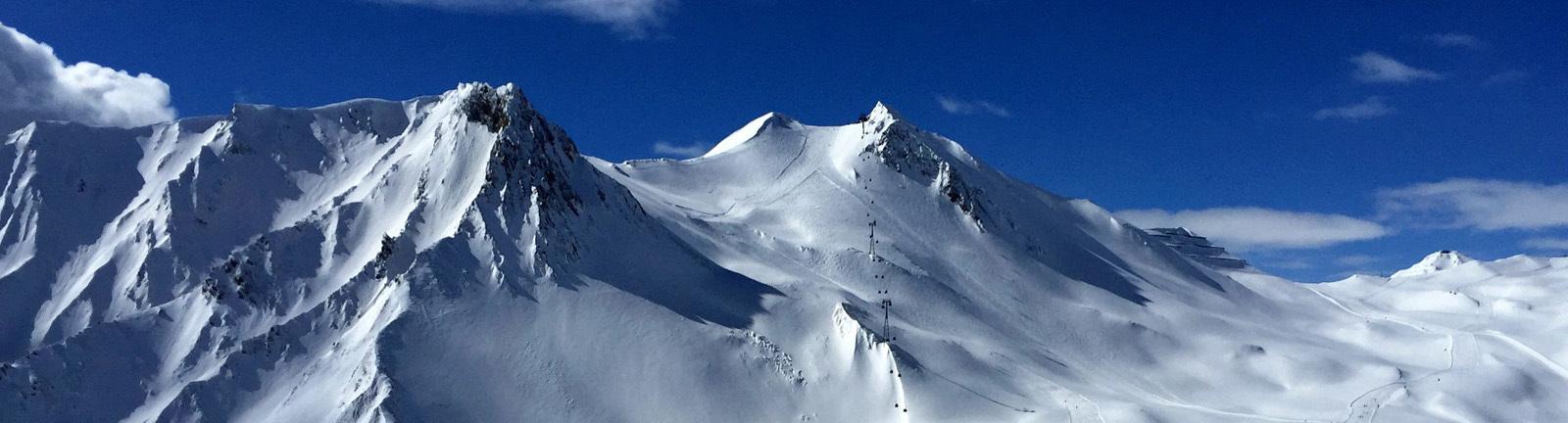 Berge mit Schnee und blauem Himmel