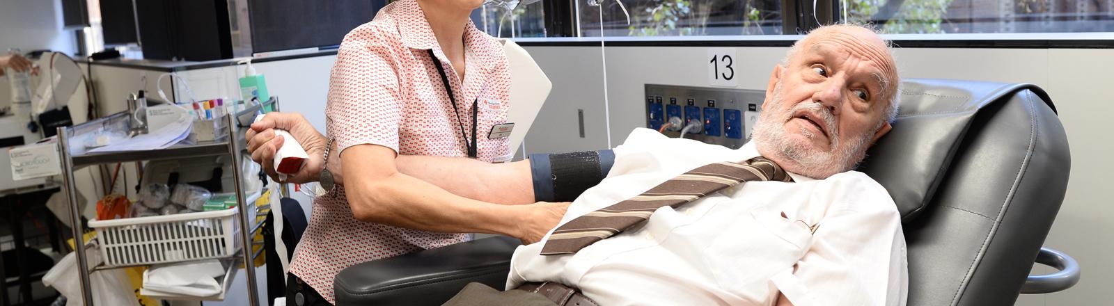 Der Australier James Harrison beim Blutspenden