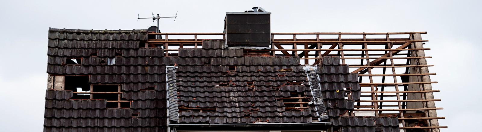 Dach, von dem zum Teil nur noch das Gerippe steht - nach einem Tornado.