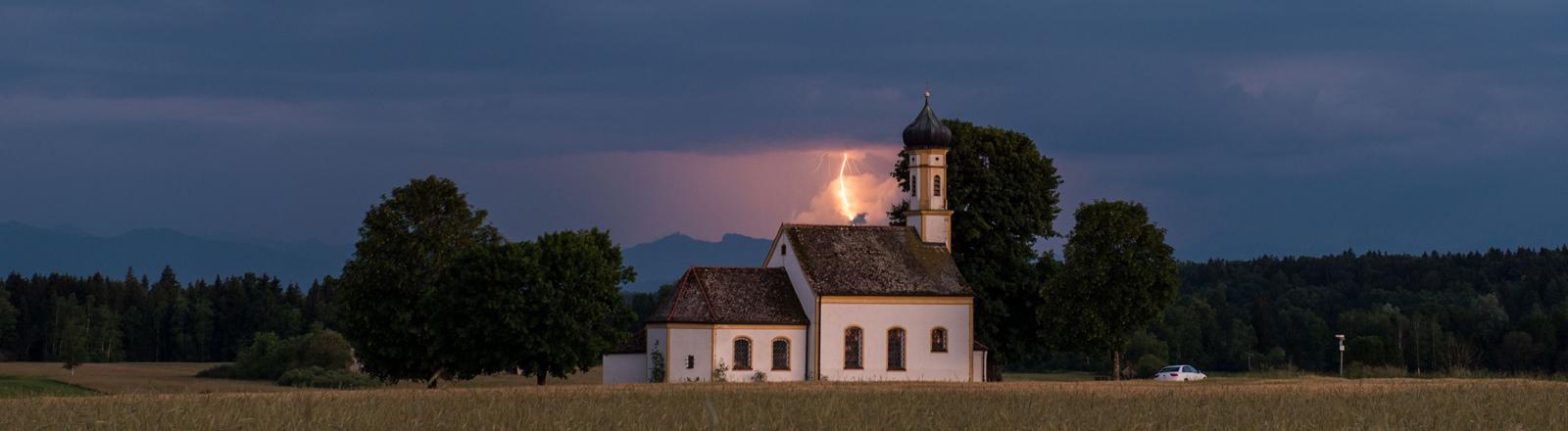 Blitz hinter einer Kirche