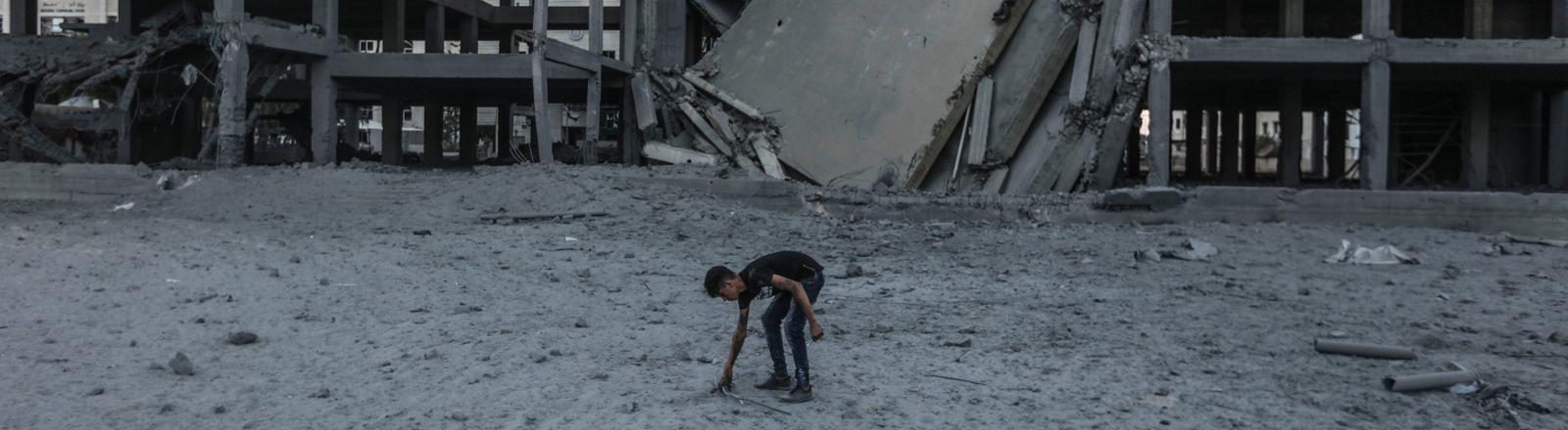 Mann vor bombardierten Häusern im Gazastreifen