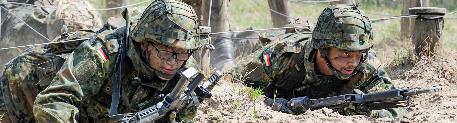 Soldaten robben bei einer Übung durch Sand