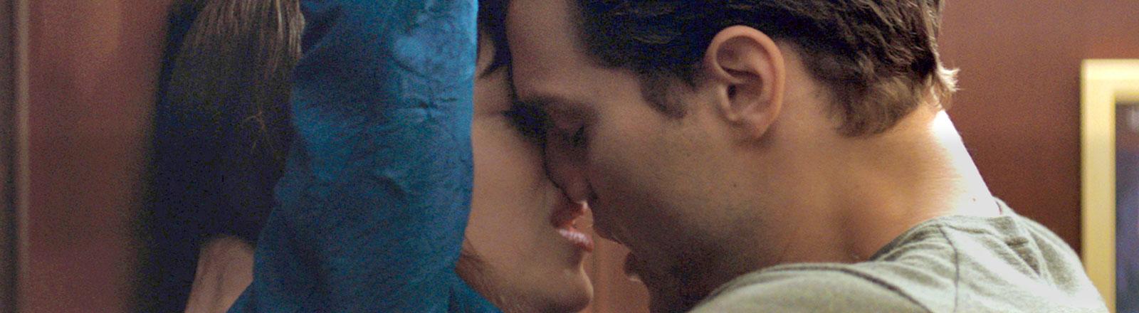 """Die Schauspieler Jamie Dornan und Dakota Johnson in einer Szene des Films """"Fifty Shades of Grey""""."""