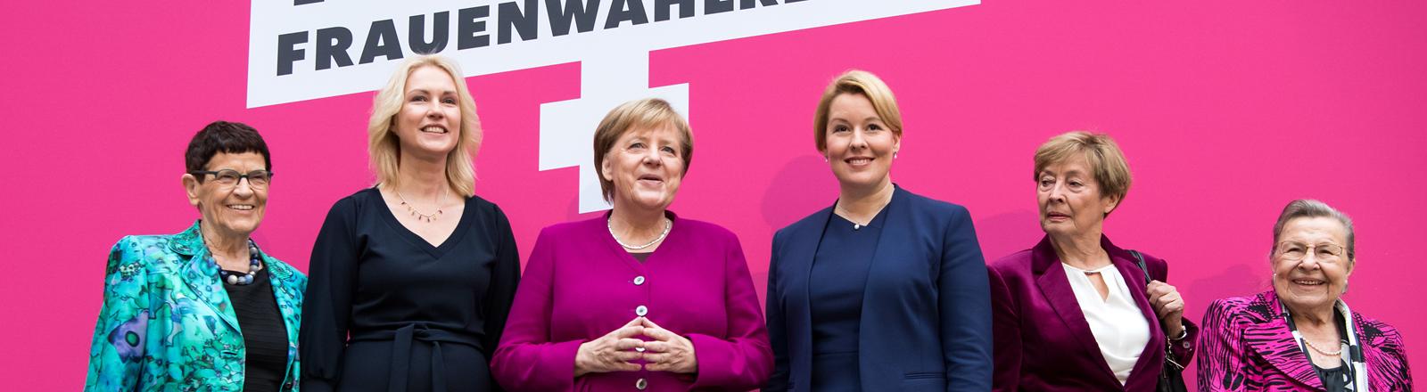 Bundeskanzlerin Angela Merkel (3.v.l, CDU) steht bei einem Fototermin vor dem Festakt zu 100 Jahre Frauenwahlrecht im Deutschen Historischen Museum mit Rita Süssmuth (CDU, l-r), der ehemaligen Bundestagspräsidentin, Manuela Schwesig (SPD), Ministerpräsidentin von Mecklenburg-Vorpommern, Franziska Giffey (SPD), Bundesfamilienministerin, Christine Bergmann (SPD), ehemalige Ministerin für Familie, Senioren, Frauen und Jugend, und Ursula Lehr (SPD), ehemalige Bundesministerin, zusammen.