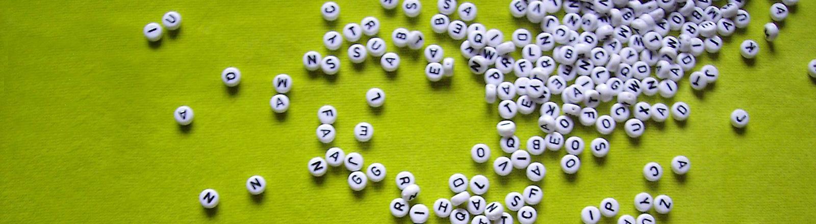 Buchstaben vor grünem Grund