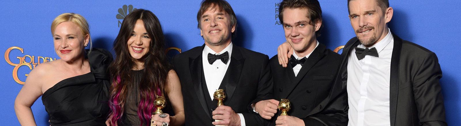Richard Linklater (Mitte) mit seinen Darstellern aus dem Film Boyhood, der bei der Verleihung der Golden Globes als Bester Film ausgezeichnet wurde.