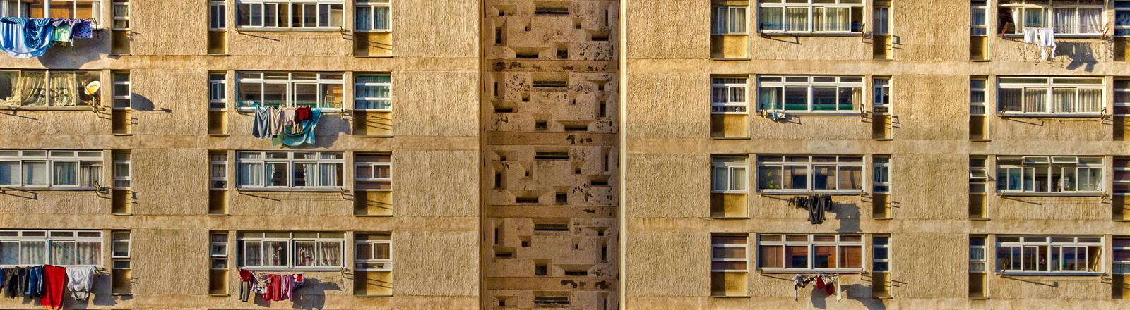 Ein Hochhaus mit vielen Balkons.