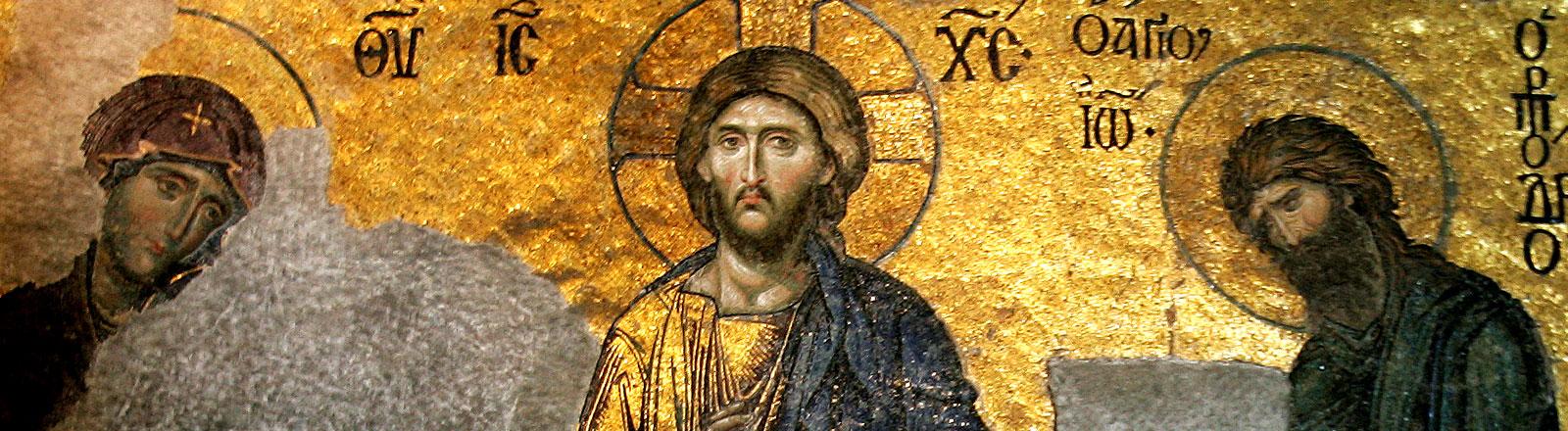 Ein Wandfresko aus der Hagia Sophia mit Jesus Christus in der Mitte und zwei seiner Jünger link und rechts von ihm.