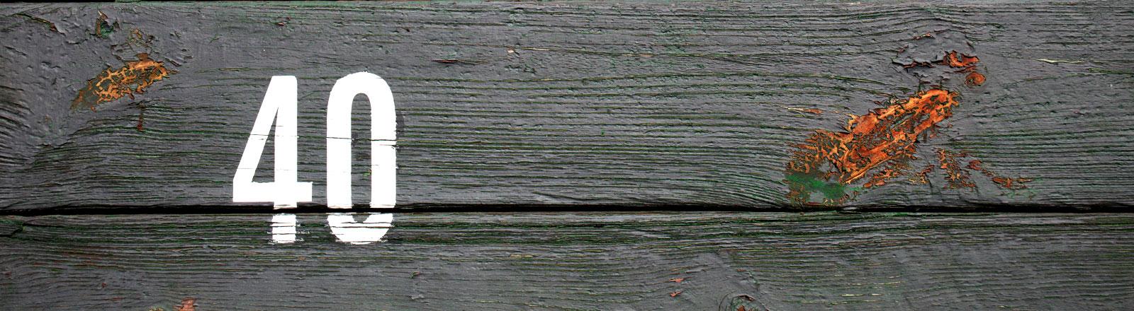 Die Zahl 40 auf Holzplanken.