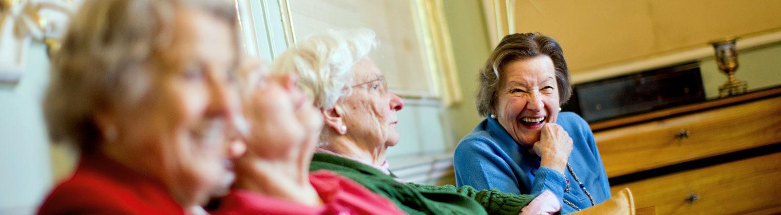 Seniorinnen in einem Altenheim.