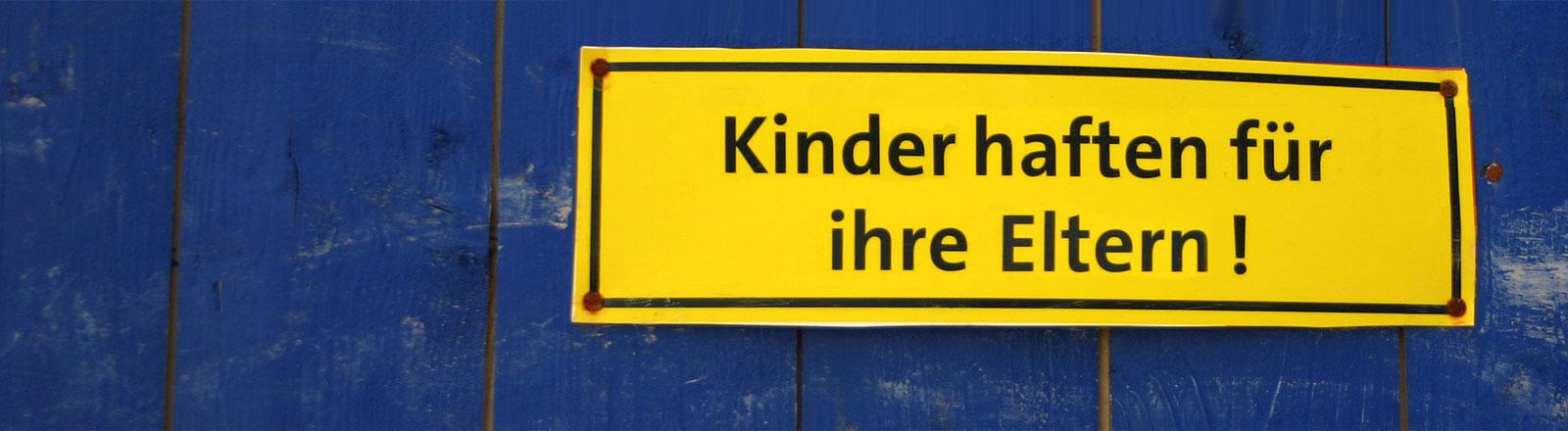 Ein Schild mit der Aufschrift: Kinder haften für ihre Eltern.