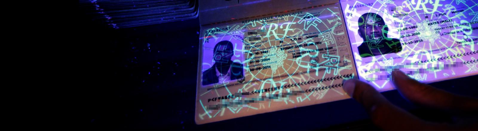 Ein Reisepass unter ultraviolettem Licht.