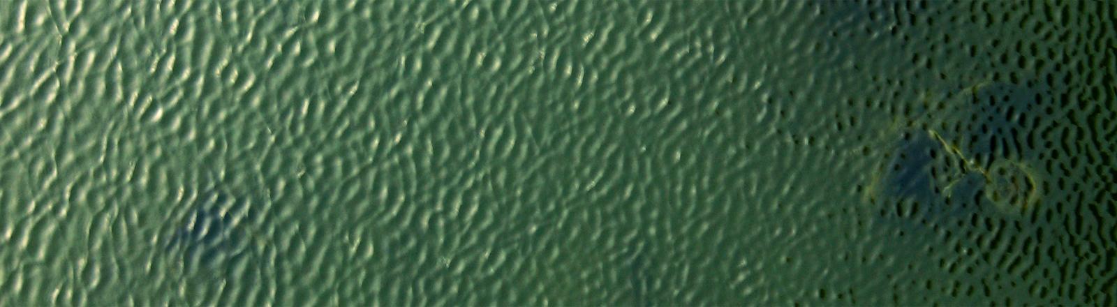 Satellitenaufnahme der Meeresoberfläche, unter der sich etwas verbirgt.