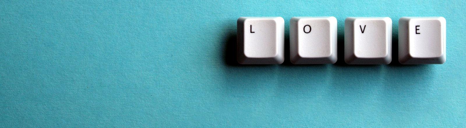Mit Computertasten wurden das Wort Love gelegt
