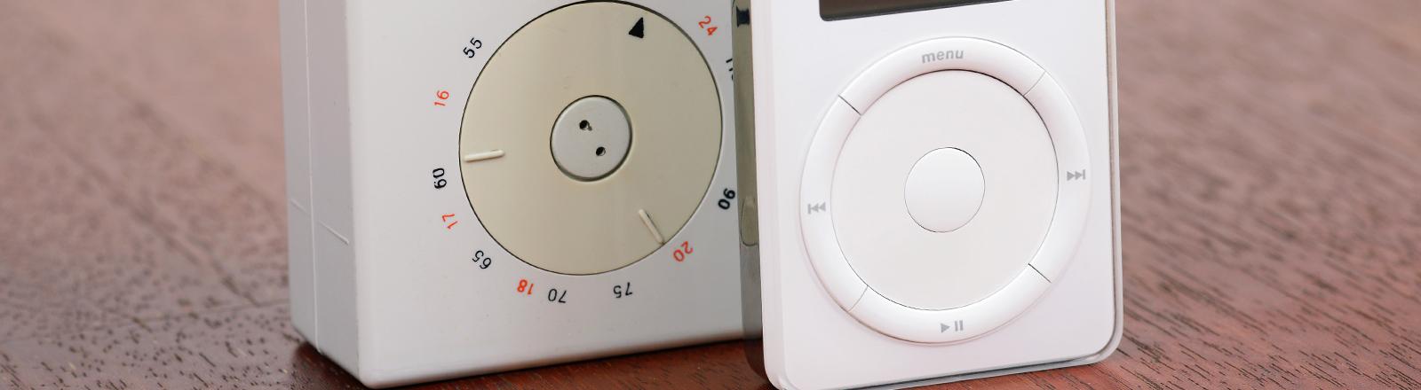 Ein Taschenradio von Braun aus dem Jahr 1958  steht neben einem iPod der Firma Apple.