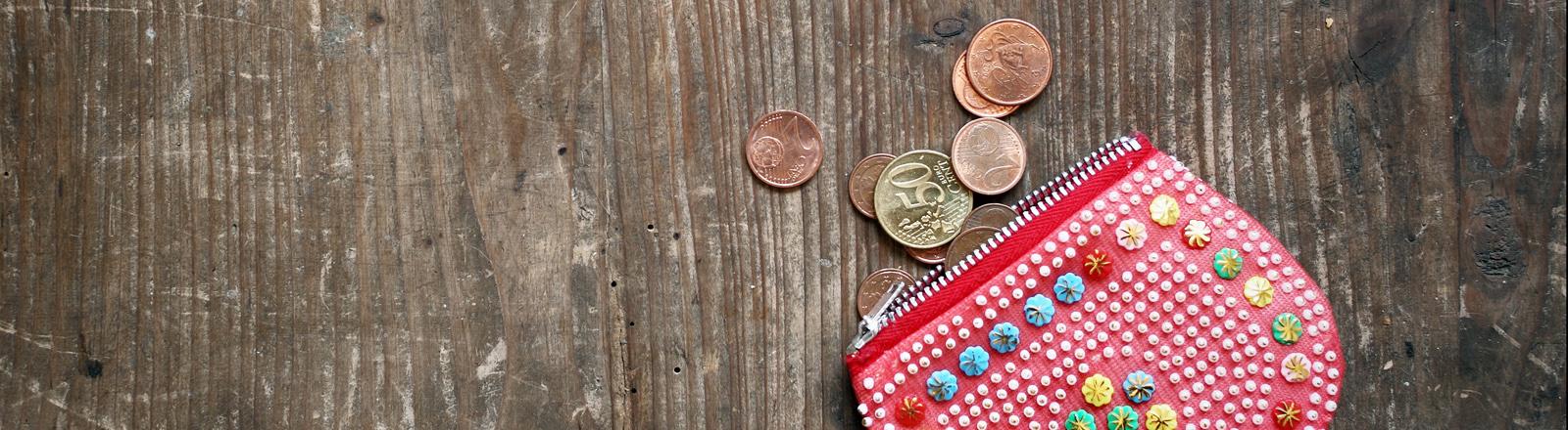 Bunte Geldbörse aus der Kleingeld heraus gefallen ist.