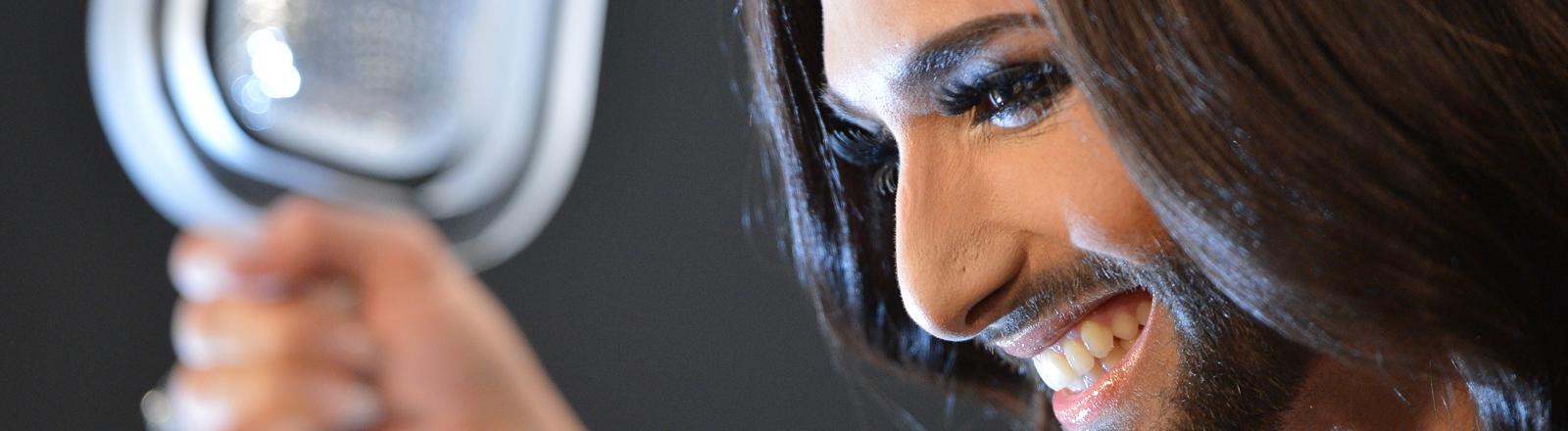 Conchita Wurst mit ihrer Trophäe beim ESC.