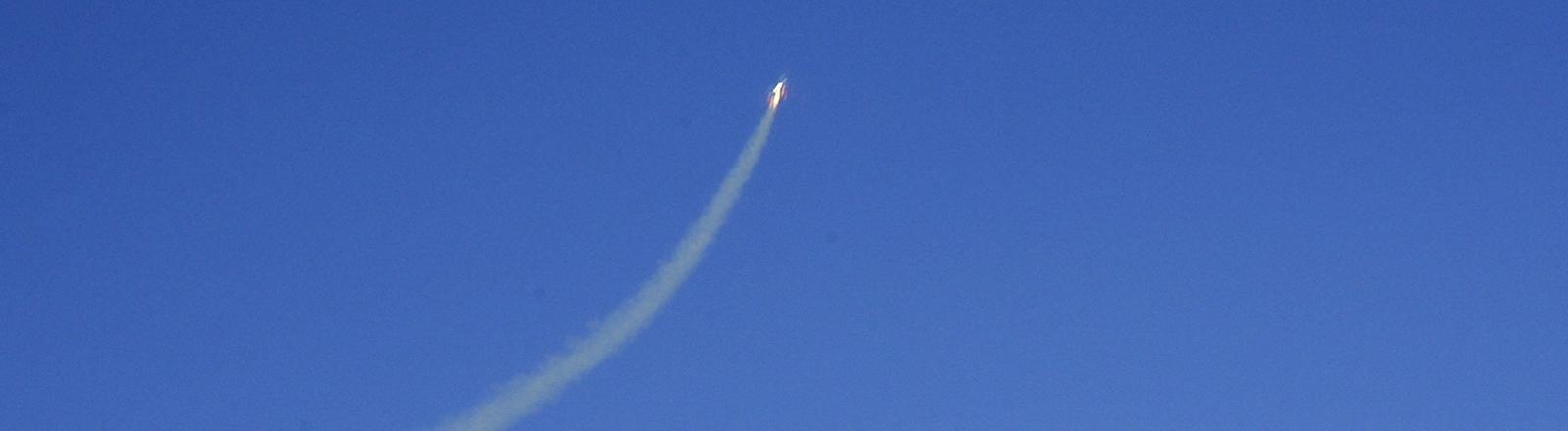 Schweif des Spaceship One am blauen Himmel