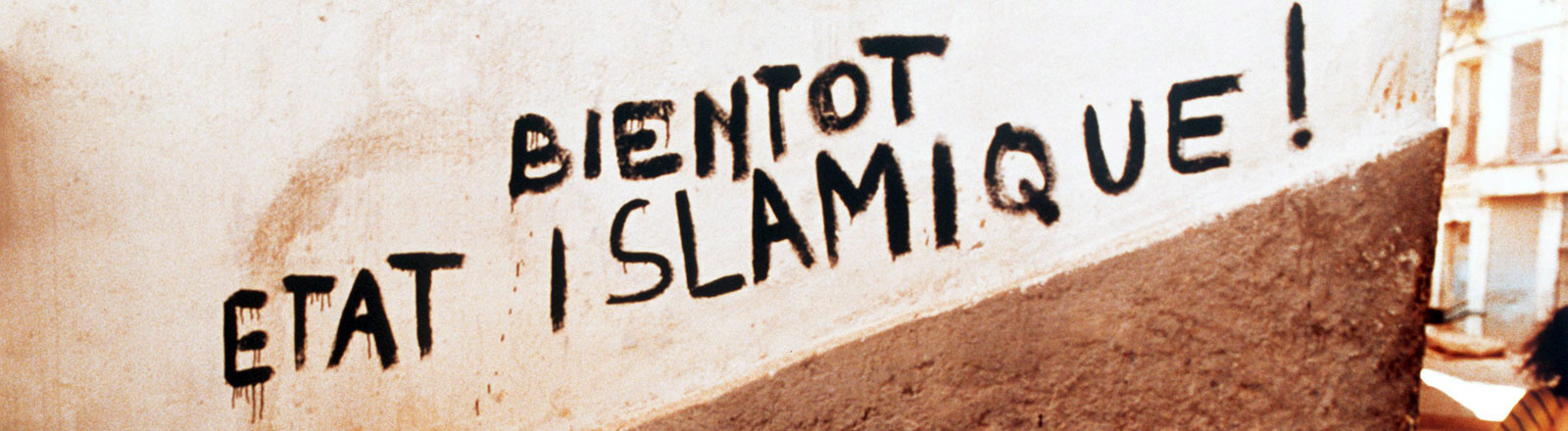 "Aufschrift an einer Wand ""Bald kommt der islamische Staat"""