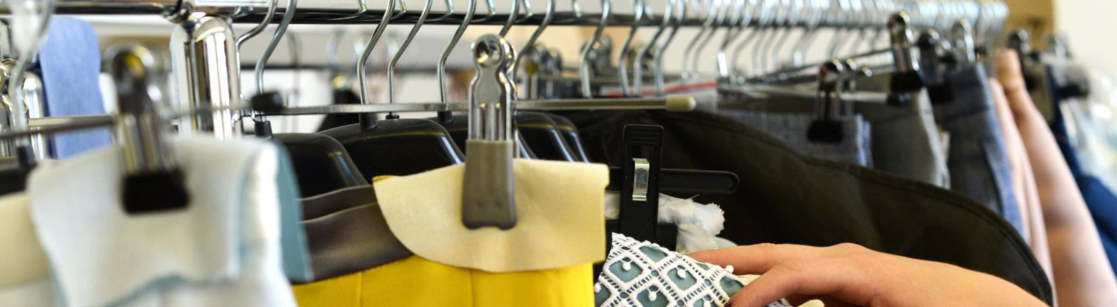 Ein Kleiderständer auf der Fashion Week