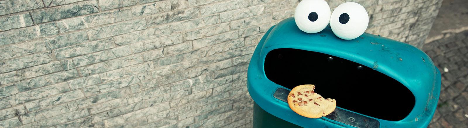 Ein Mülleimer, der aussieht wie das Krümelmonster der Sesamstraße.