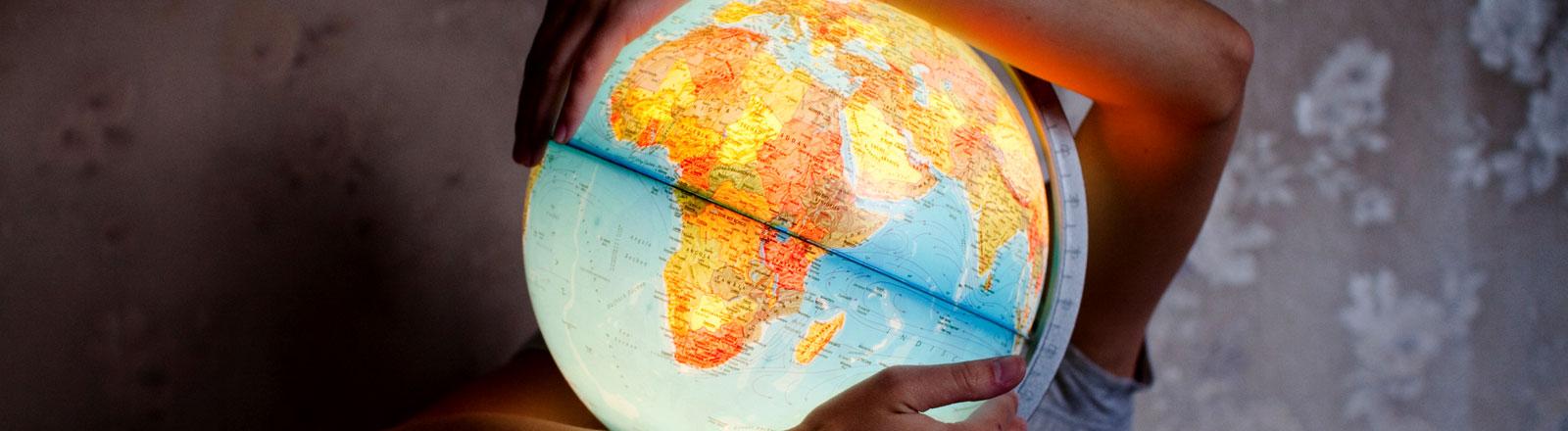 Ein beleuchteter Globus