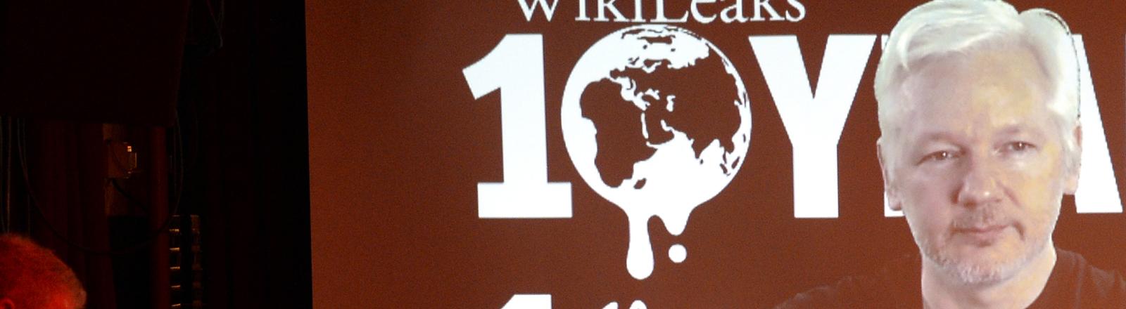 dpa: Assange in einer Video-Liveschaltung bei einer Pressekonferenz in Berlin