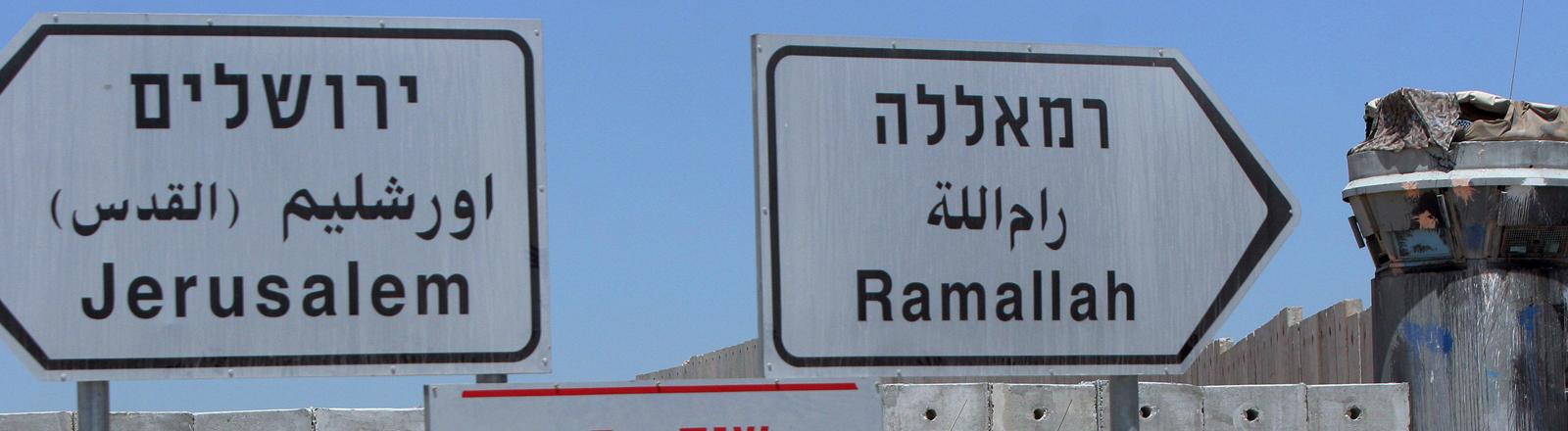 Wegweiser nach Jerusalem und Ramallah.