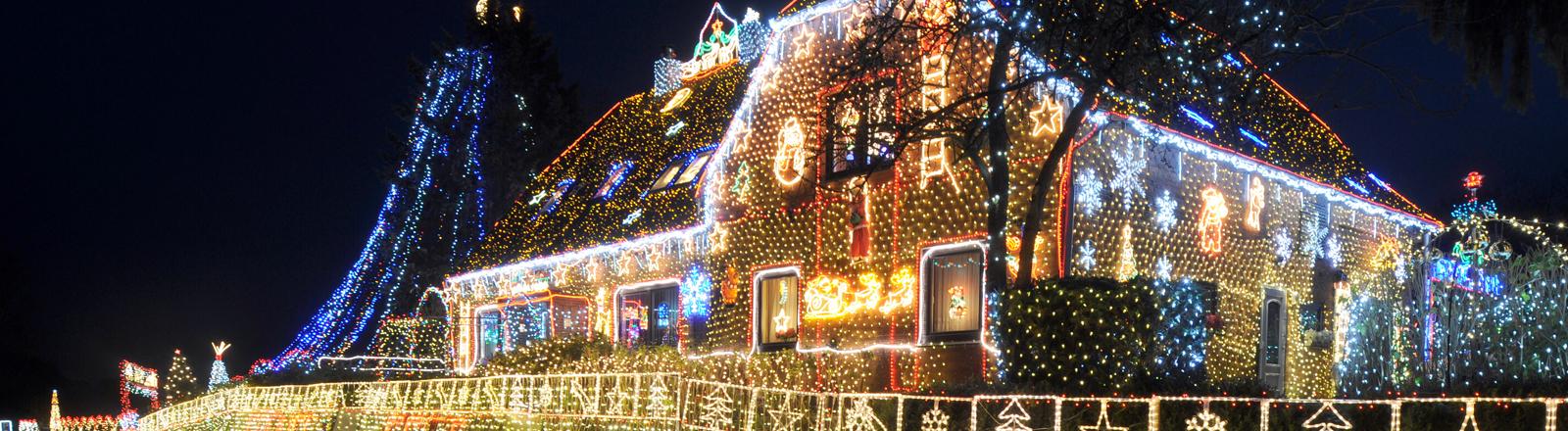 Bild vom Weihnachtshaus mit 450.000 Lichterketten.
