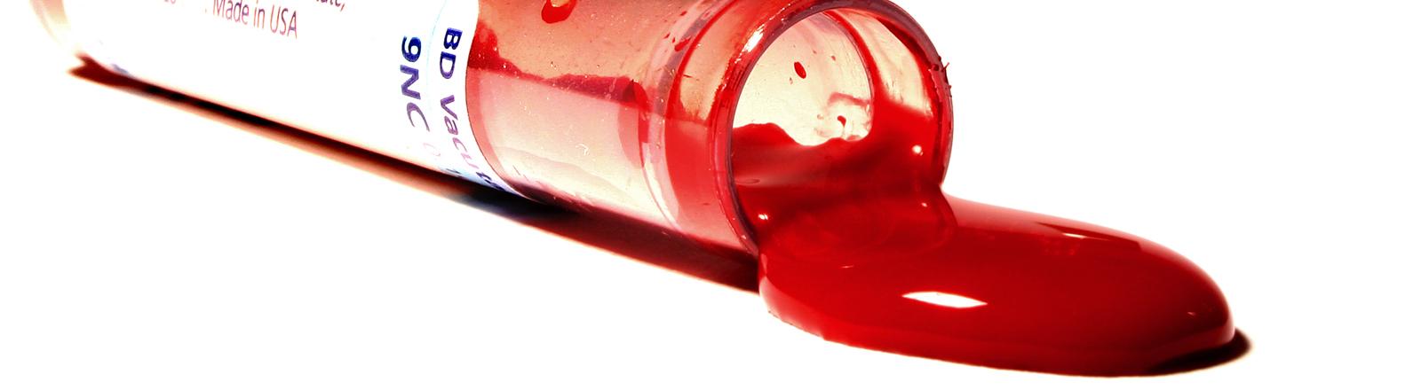 Ampulle, aus der Blut läuft.