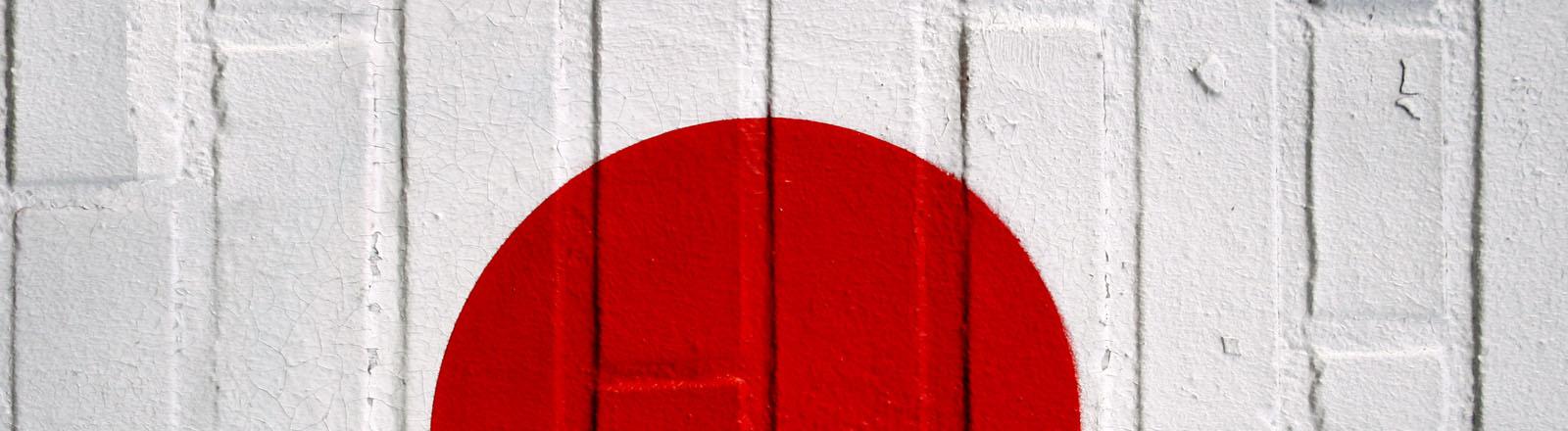 Roter Kreis auf weißer Wand.