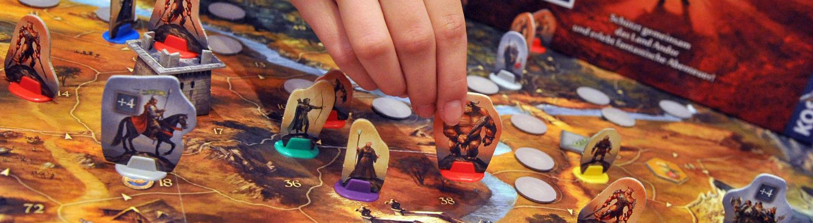 In einem Fantasy-Brettspiel werden Ritter, Zauberer und Oger über das Spielbrett gezogen.