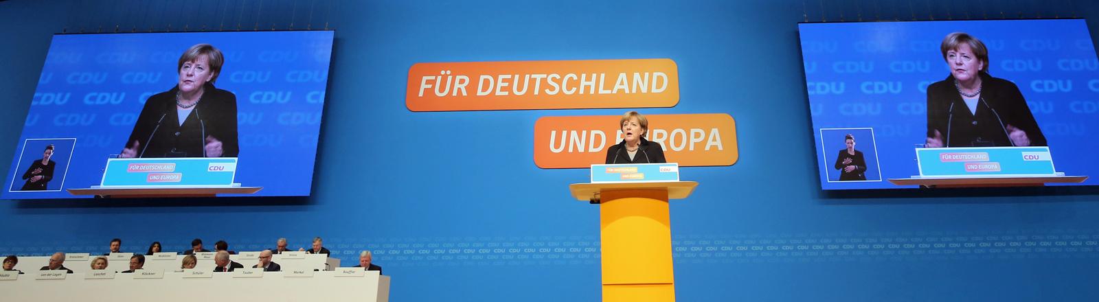 Die CDU-Bundesvorsitzende und Bundeskanzlerin Angela Merkel spricht am 14.12.2015 in Karlsruhe beim Bundesparteitag zu den Delegierten.