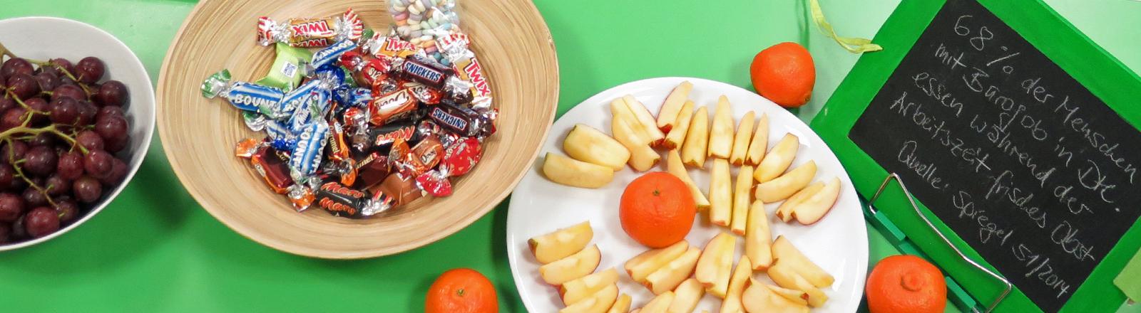 In der DRadio-Wissen-Redaktion stehen allerlei Leckereien parat, Süßigkeiten und Obst.