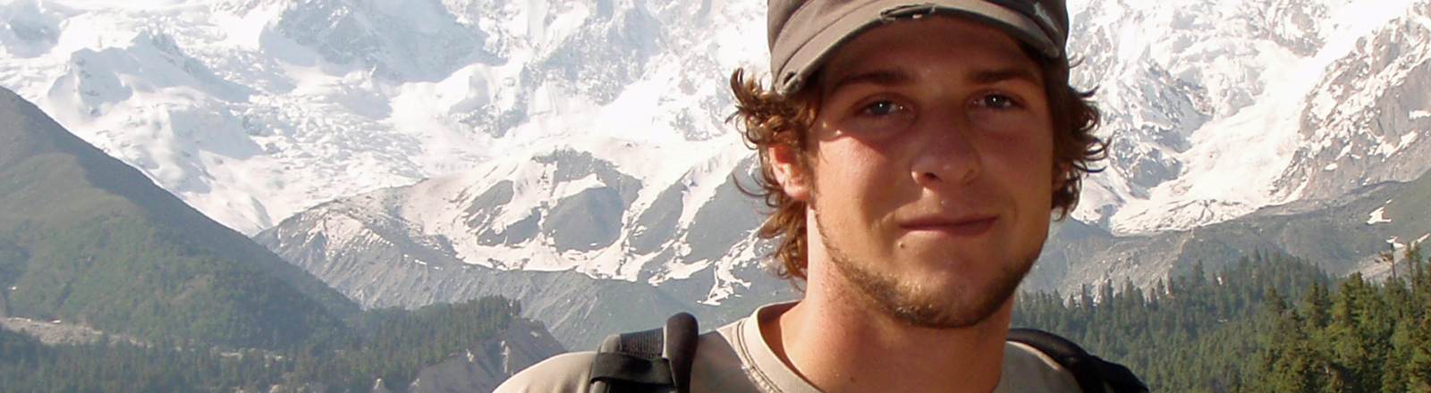 Sebastian Gaus steht vor dem Nanga Parbat in Afghanistan.