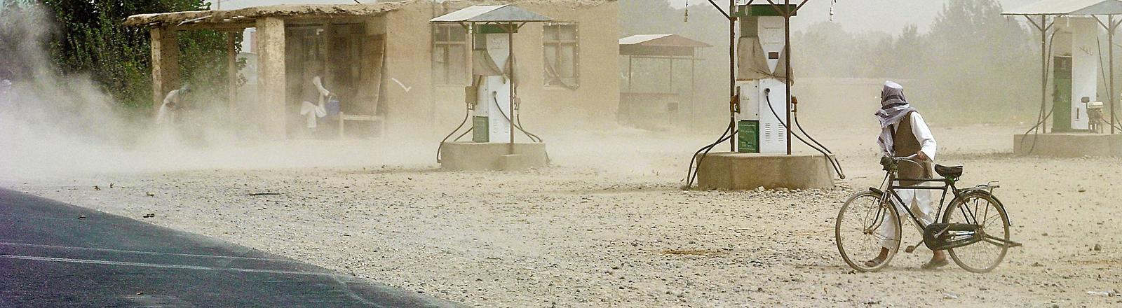 Eine staubige Straße an einer Tankstelle in Afghanistan.