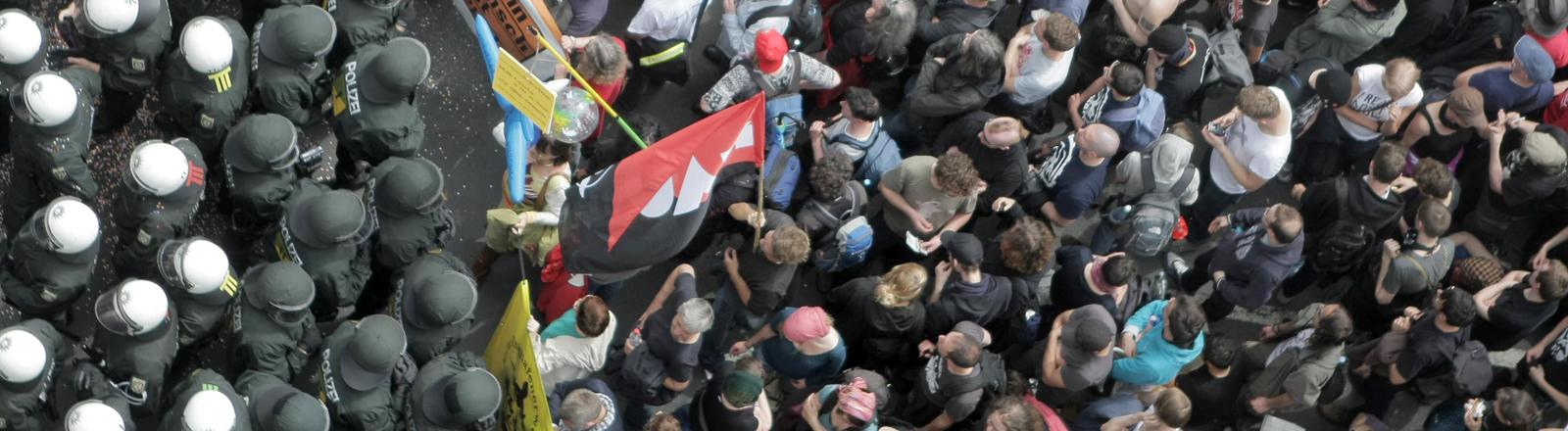 Demonstranten werden in der Innenstadt von Frankfurt am Main (Hessen) von der Polizei voneinander getrennt.