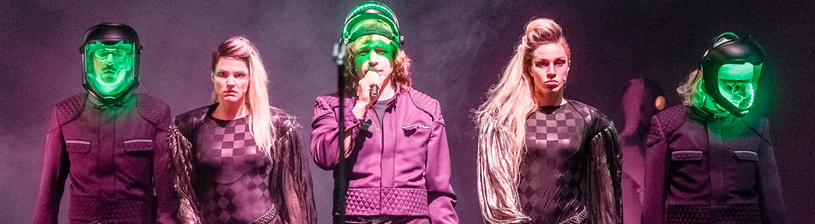 """Die Schauspieler und Musiker Jaques Palminger (l-r), Alicia Aumüller, Rocko Schamoni, Franziska Hartmann und Heinz Strunk spielen am 29.04.2014 in Hamburg auf der Fotoprobe von """"Tonight:Fraktus""""."""