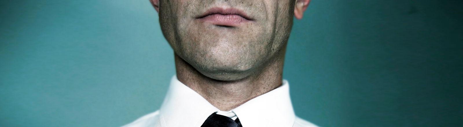 Ein Mann mit Hemd und Krawatte.