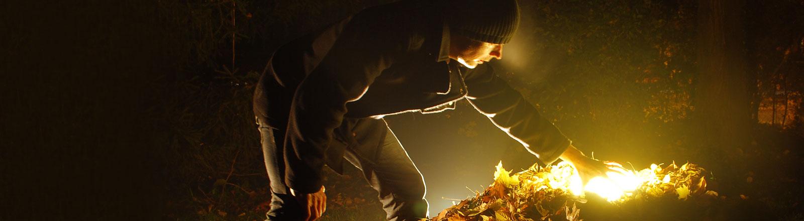Mann findet leuchtenden Schatz in Blätterberg