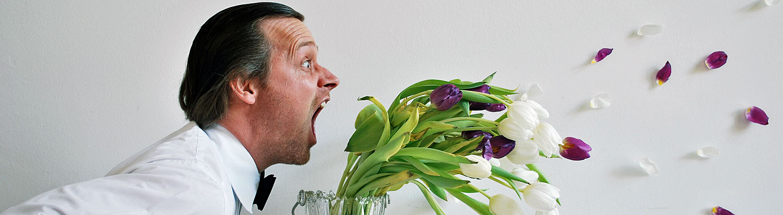 Mann schreit Blumen an
